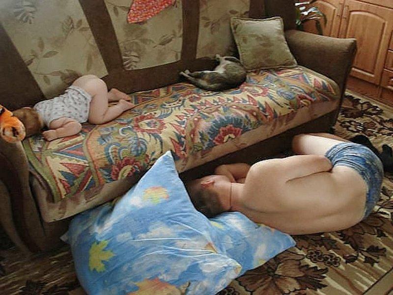 Мужик фотографирует пьяную жену на диване  675740