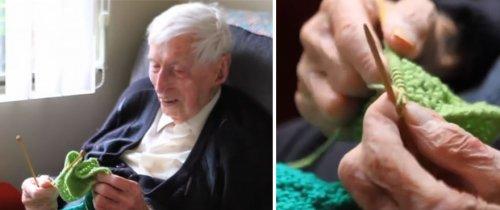 Старейший мужчина Австралии вяжет мини-свитеры для спасения пингвинов (4 фото)
