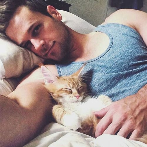 Симпатичные парни с котятами (24 фото)
